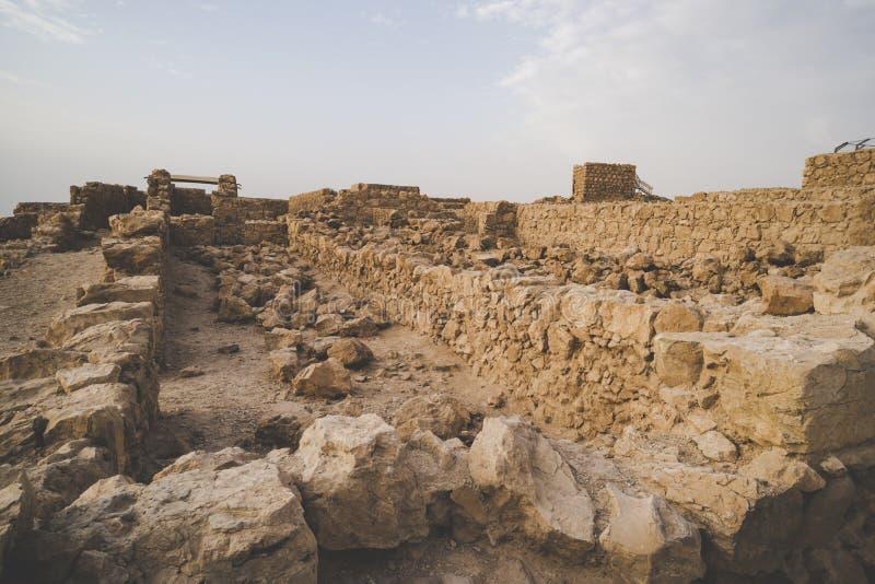 Ruiny forteczny Masada, Izrael Widok starzejący się kamienni budynki budował na halnym plateua Kamienna budowa przeciw niebu fotografia royalty free