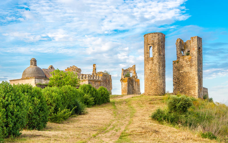 Ruiny Grodowy Montemor-o-Novo, Portugalia - obrazy stock