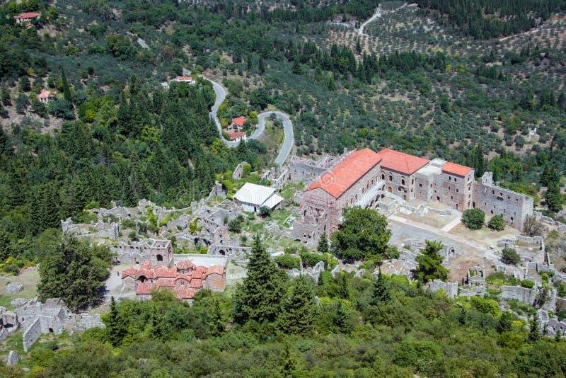 Ruiny i kościół średniowieczny Bizantyjski ducha kasztel Mystras, Peloponnese obrazy royalty free