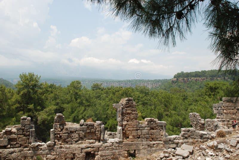Ruiny i ruiny konserwują wśród zielonej roślinności lasy Turcja blisko Antalya fotografia royalty free