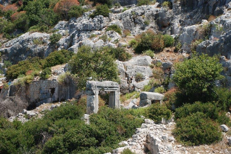 Ruiny i ruiny konserwują wśród zielonej roślinności lasy Turcja blisko Antalya fotografia stock