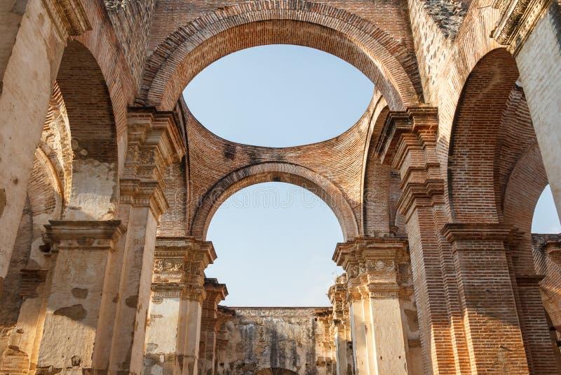 Ruiny katedra, niszczyć trzęsieniem ziemi zdjęcia royalty free