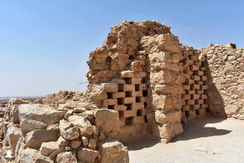 Ruiny kolumbarium górują przy antycznym Masada, Południowy okręg, Izrael zdjęcia stock