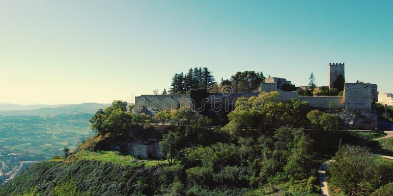 Ruiny Lombardy kasztel - rocznika skutek Wierza i fortificati obraz royalty free