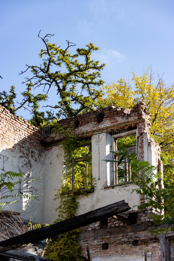 Ruiny palący puszka antyczny dom Dnipro, Ukraina, Listopad 2018 obraz royalty free