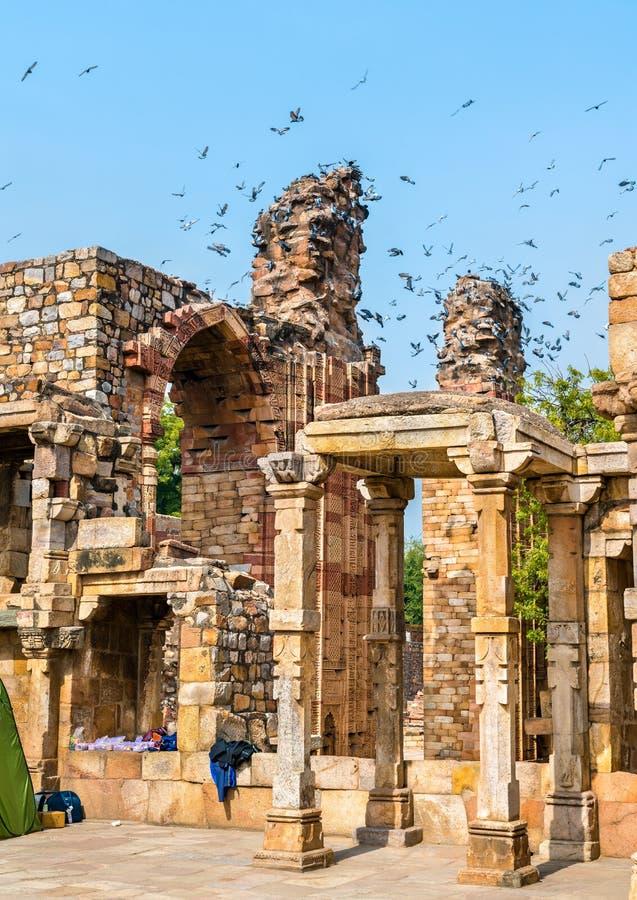Ruiny Quwwat islamu meczet przy Qutb kompleksem w Delhi, India zdjęcia royalty free