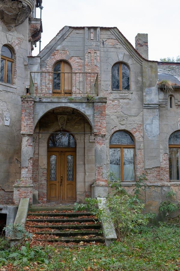 Ruiny rezydencja ziemska w starej wiosce Zniszczony budynek obraz royalty free