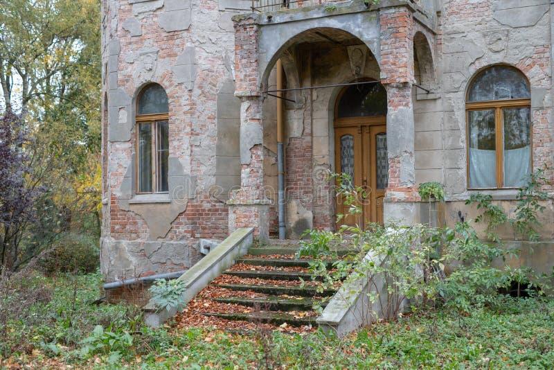 Ruiny rezydencja ziemska w starej wiosce Zniszczony budynek zdjęcie stock