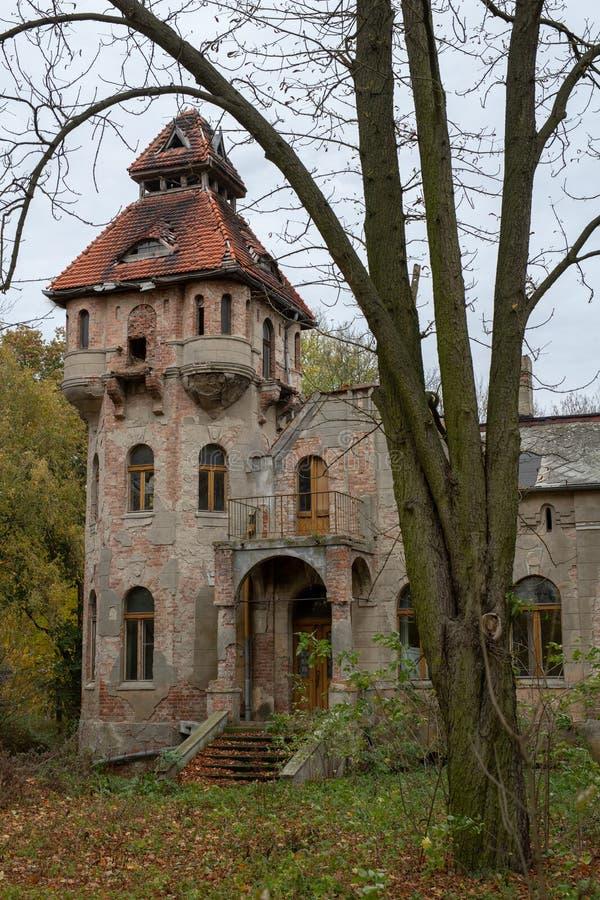 Ruiny rezydencja ziemska w starej wiosce Zniszczony budynek obrazy royalty free