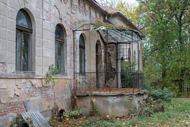 Ruiny rezydencja ziemska w starej wiosce Zniszczony budynek obrazy stock
