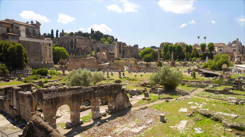 Ruiny Romański forum w Włochy, sławni antyczni widoki Rzym, zwiedzająca wycieczka turysyczna zdjęcie stock