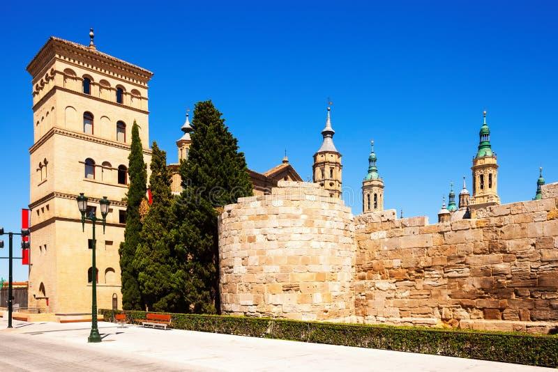 Ruiny rzymianin ściana i Zuda wierza. Zaragoza obraz stock