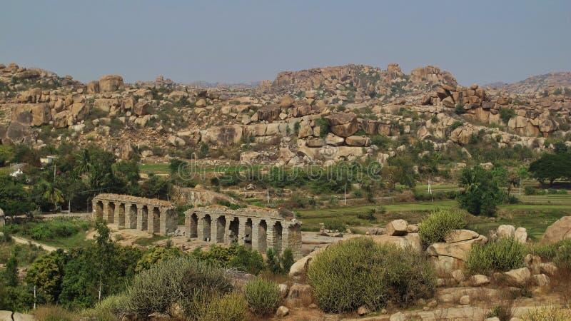 Ruiny stara mosta i granitu góra w Hampi zdjęcie stock