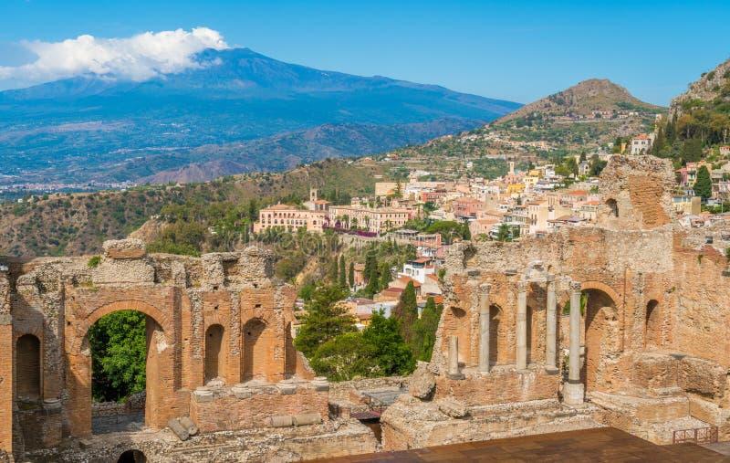 Ruiny starożytnego grka teatr w Taormina z Etna wulkanem w tle Prowincja Messina, Sicily, Włochy fotografia stock