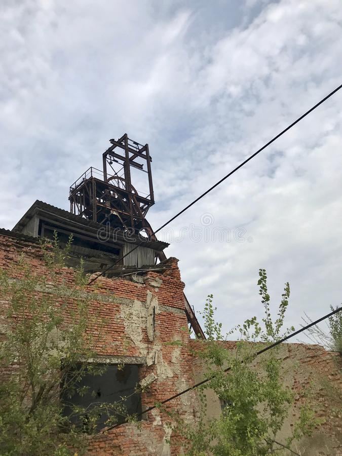 Ruiny stary budynek wśród parka Zdruzgotane cegły i zaniechane metal struktury obraz stock