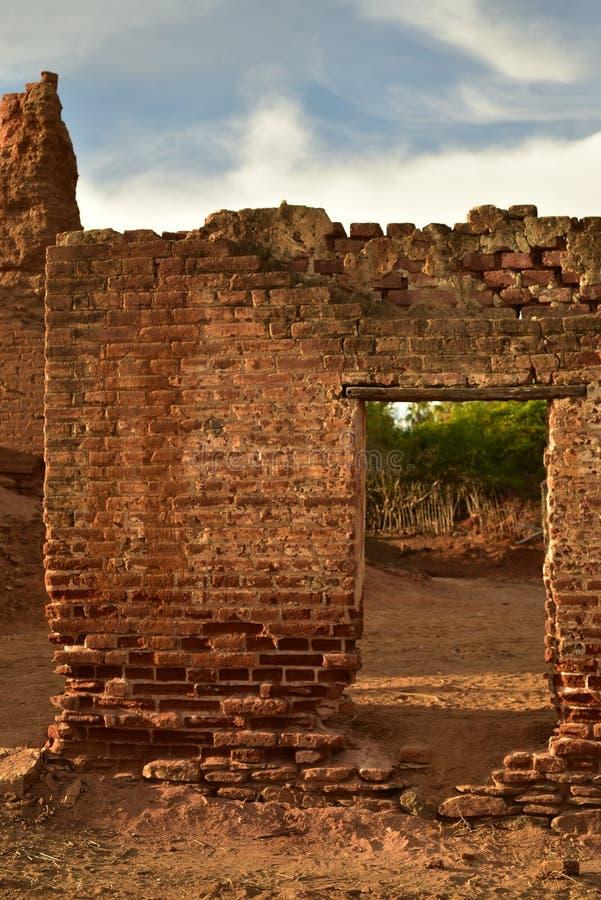 Ruiny stary ceglany cukrowy młyn w Todos Santos, Baj, Meksyk obrazy stock