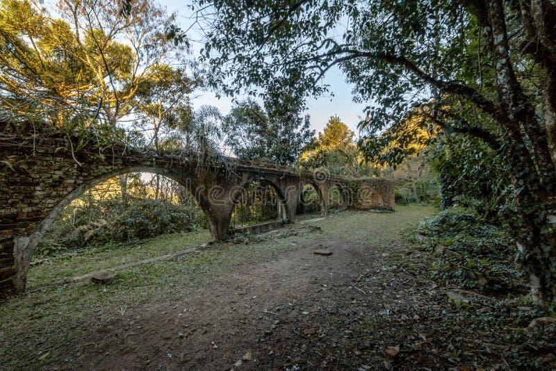 Ruiny stary dom przy Salta Ventoso parkiem - Farroupilha, rio grande robi Sul, Brazylia zdjęcia stock