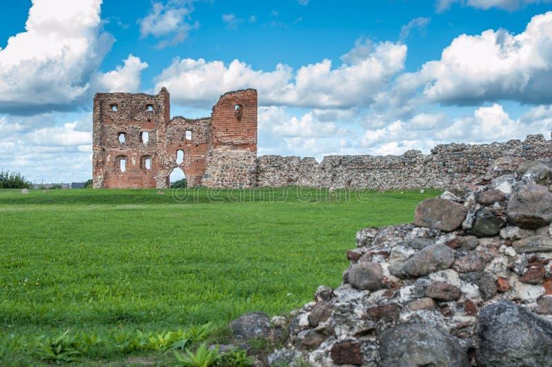 Ruiny stary grodowy Ludza z jeziorem obrazy royalty free