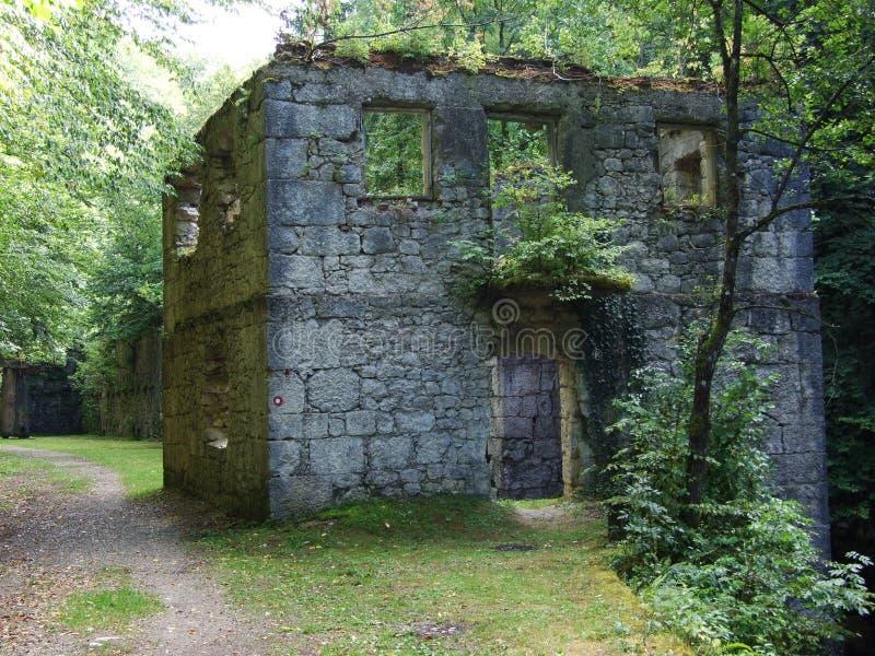 Ruiny stary kamień mleją wzdłuż rzecznego KamaÄ  nik zdjęcia royalty free