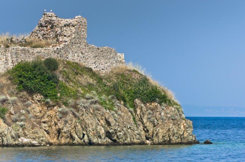 Ruiny stary rzymski forteca z dennym wybrzeżem w tle, Toroni zdjęcia stock