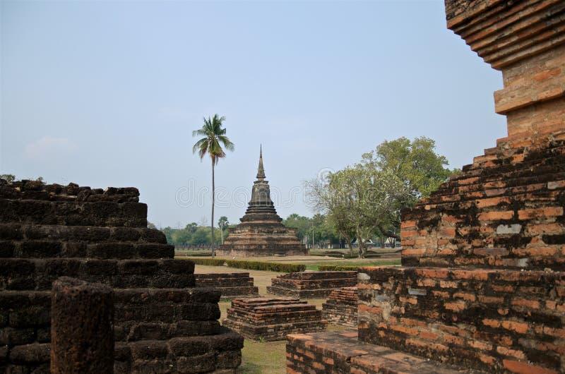 Ruiny unikalne świątynie w sławnym Sukhothai Dziejowym parku, UNESCO światowego dziedzictwa miejsce, Mgłowy wiosna dzień w antycz zdjęcie royalty free
