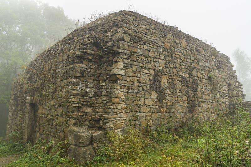 Ruiny w mgle zdjęcie stock