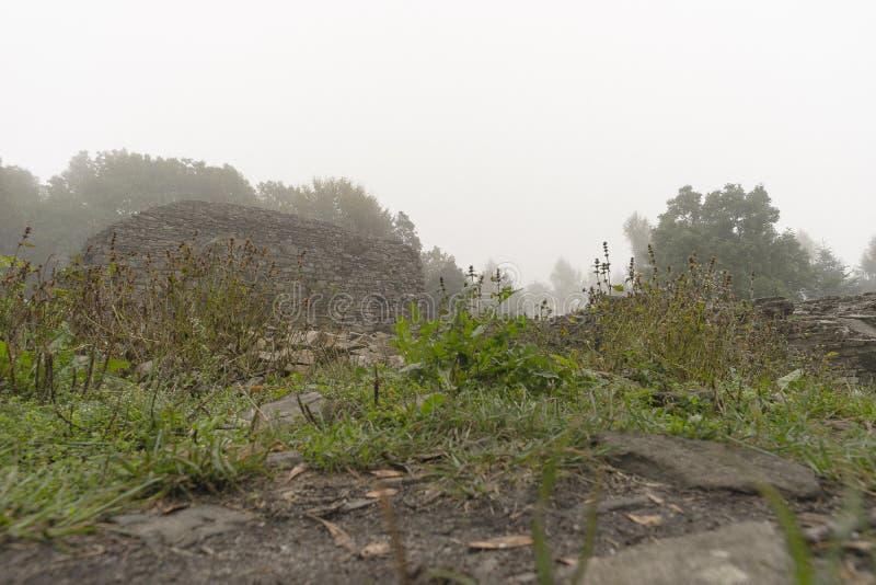 Ruiny w mgle obrazy stock