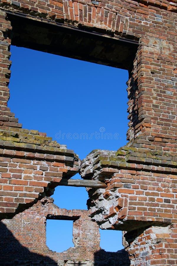 Ruiny wczesne lata xix wieku Młyn w Loshitsky parku, Minsk brickwork Nadokienna dziura obrazy stock