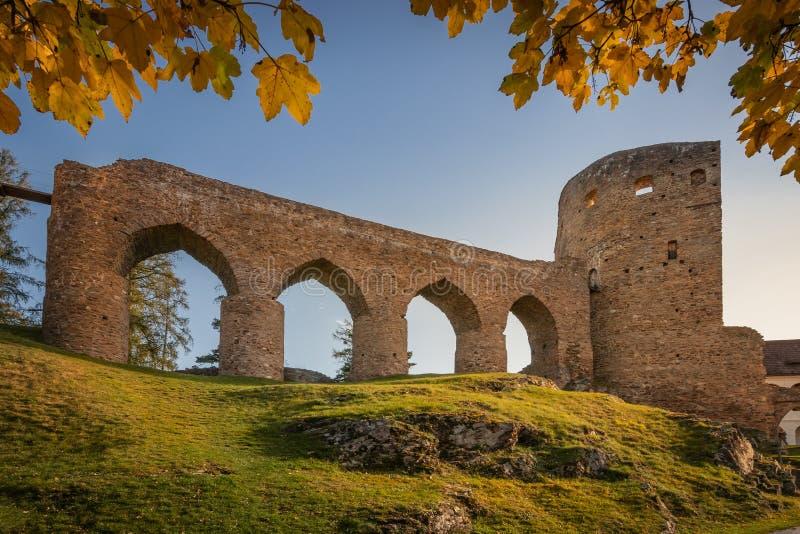 Ruiny zamku ozdobione jesiennymi liśćmi zdjęcia stock