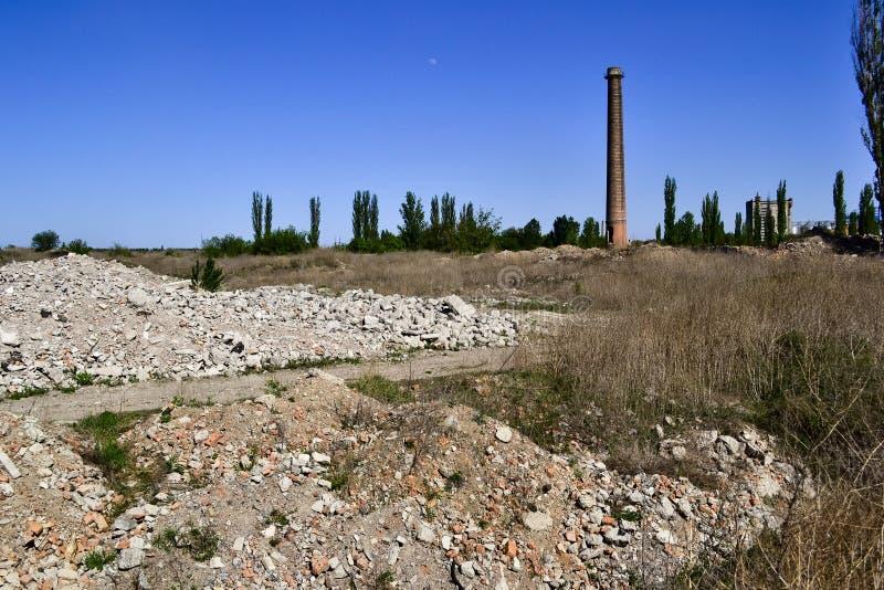 Ruiny zaniechana wyburzająca stara roślina z wysokim wzrosta kominem fotografia stock