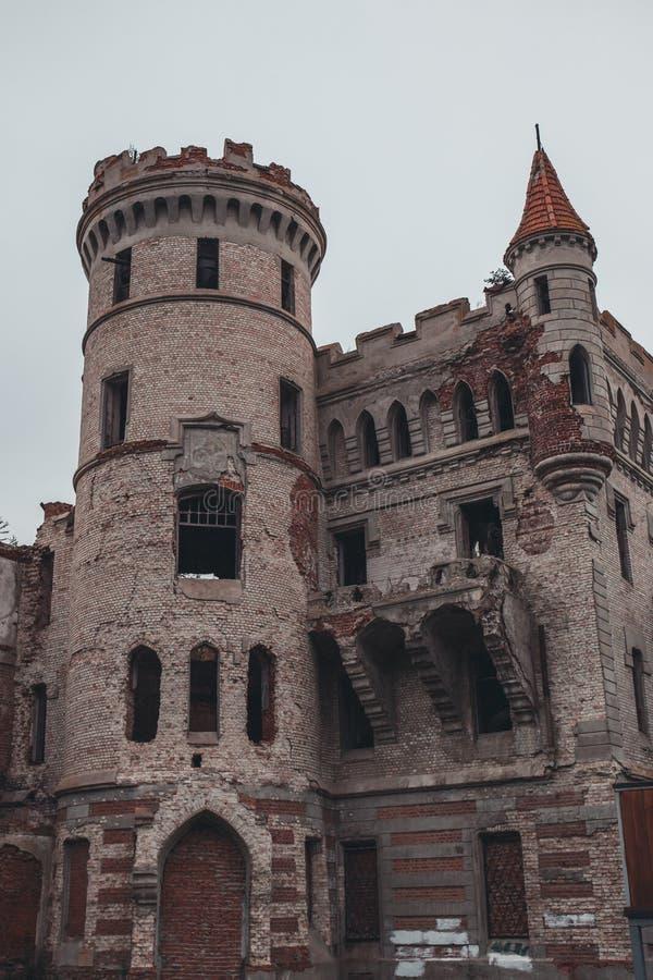 Ruiny zniszczony średniowieczny antyczny kasztel nieruchomość Khrapovitsky w Muromtsevo obraz royalty free