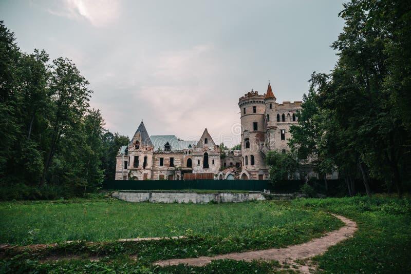 Ruiny zniszczony antyczny kasztel nieruchomość Khrapovitsky w Muromtsevo, Rosja zdjęcie stock