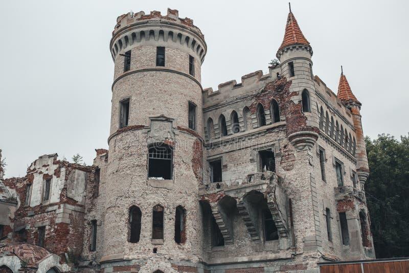 Ruiny zniszczony antyczny kasztel nieruchomość Khrapovitsky w Muromtsevo, Rosja zdjęcia royalty free