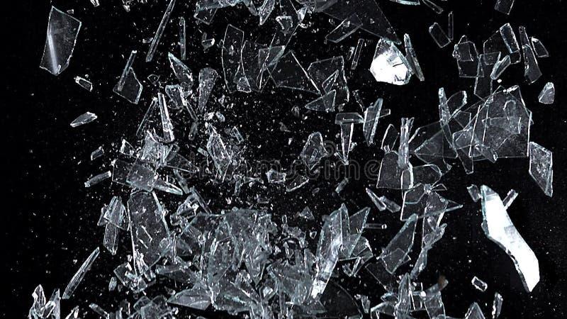 Ruit, glas die tegen zwarte achtergrond vallen stock videobeelden