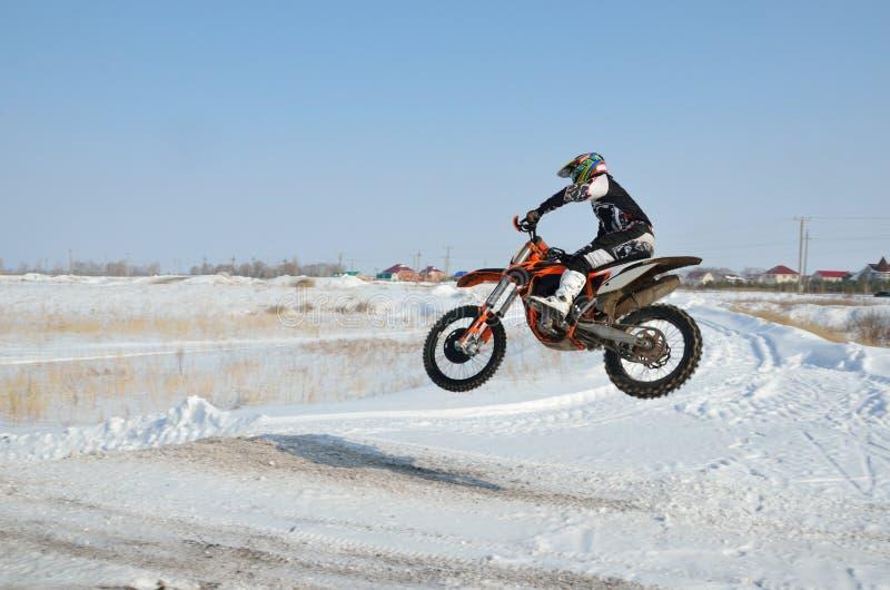 Ruiter op fiets voor motocrossvliegen over heuvel royalty-vrije stock fotografie