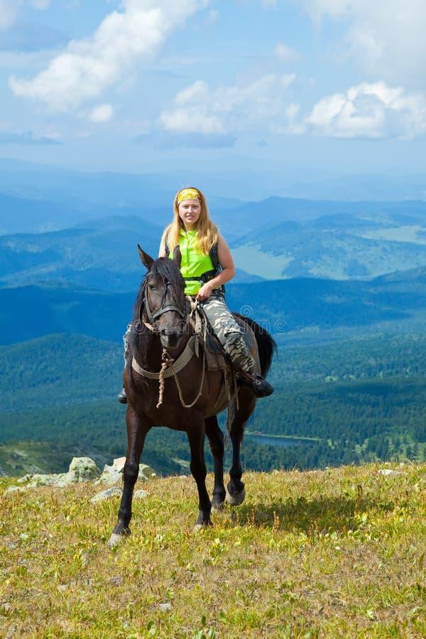 Ruiter op horseback bij bergen stock fotografie