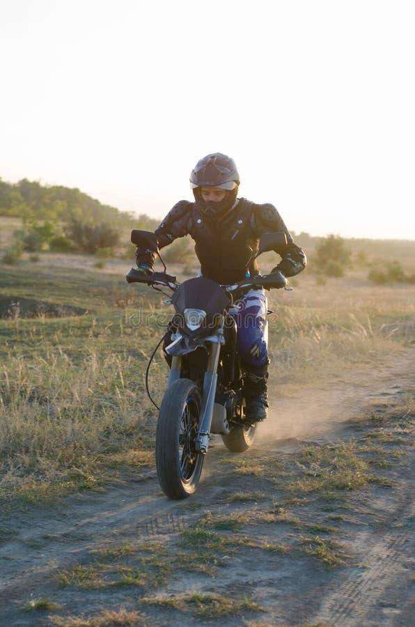 Ruiter op sportfiets voor enduro stock foto's