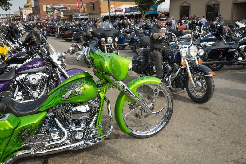 Ruiters in de hoofdstraat van de stad van Sturgis, in Zuid-Dakota, de V.S., tijdens de jaarlijkse Sturgis-Motorfietsverzameling stock foto