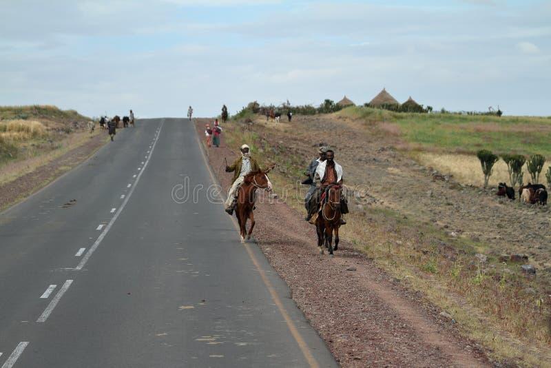 Ruiters op de landweggen van Ethiopië stock foto