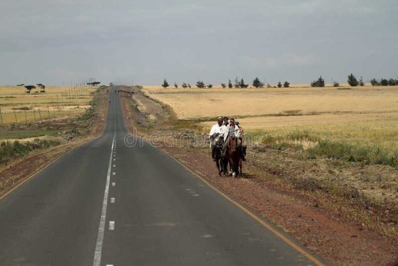 Ruiters op de landweggen van Ethiopië stock fotografie