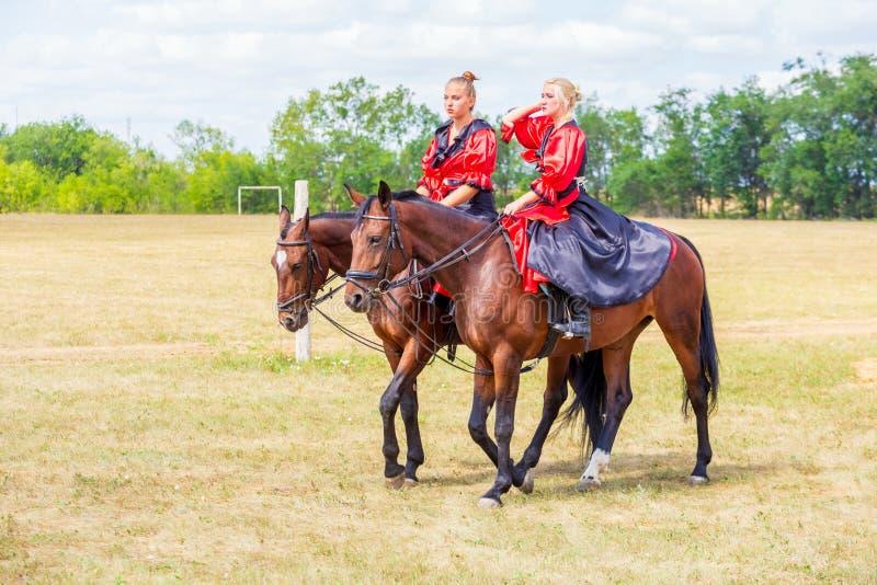 Ruitersportdressuur, passage - een jong meisje in een mooie kleding zit op een paard royalty-vrije stock foto's