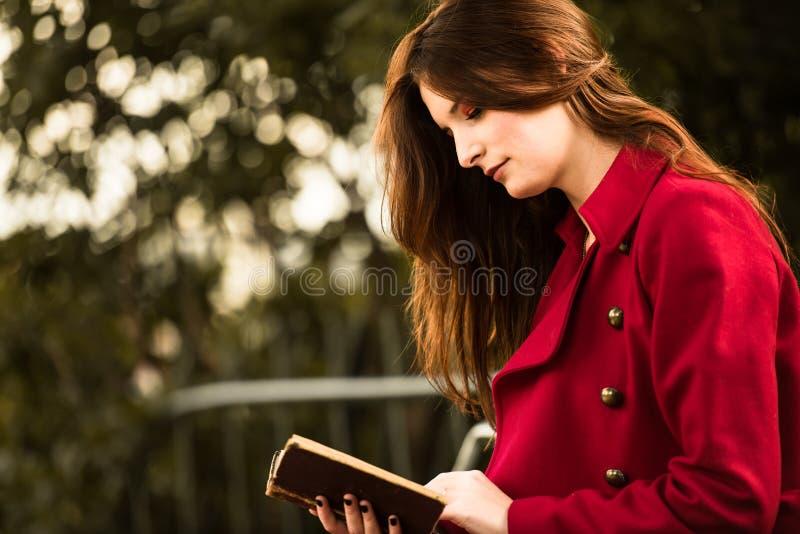 Ruivo bonito que lê um livro imagens de stock royalty free