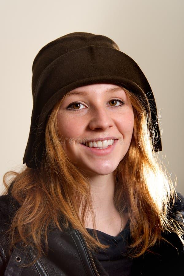 Ruivo de sorriso no chapéu e no revestimento da campânula fotografia de stock