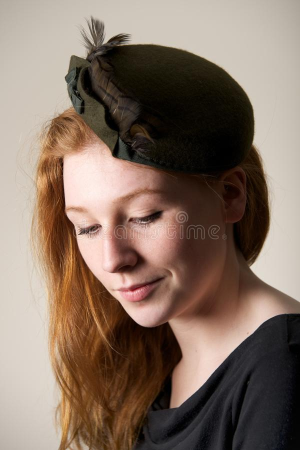 Ruivo de sorriso no chapéu verde com curva fotos de stock royalty free