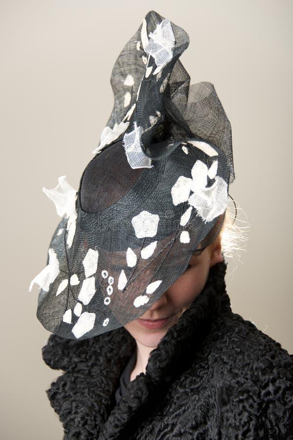 Ruivo escondido pelo chapéu preto e branco fotografia de stock