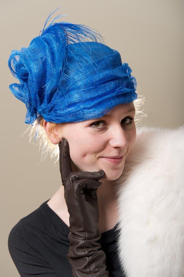 Ruivo insolente no chapéu com luva de couro fotografia de stock