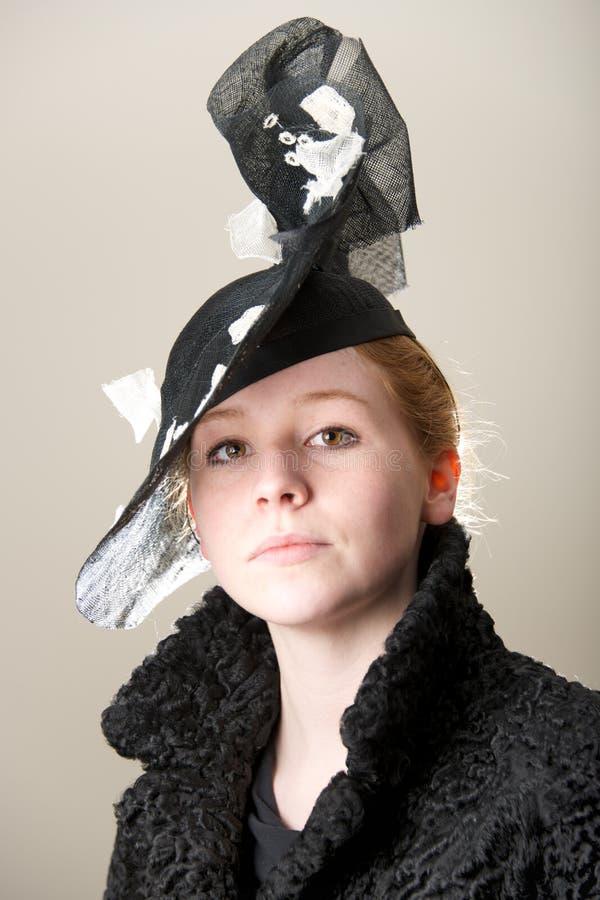 Ruivo no chapéu preto e branco da malha foto de stock