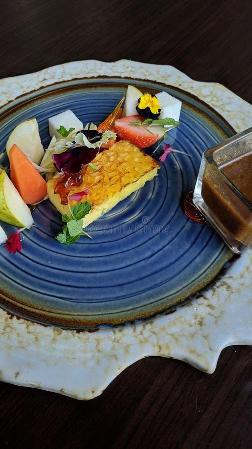 Rujak es comida tropical indonesia, hizo de fresco, cortó las frutas bastante grandes, comidas con el chile dulce hecho del azúca imagenes de archivo