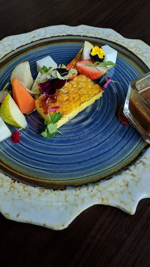 Rujak is Indonesisch tropisch voedsel, dat van verse, gesneden eerder grote vruchten wordt gemaakt, die met zoete Spaanse peper w royalty-vrije stock foto