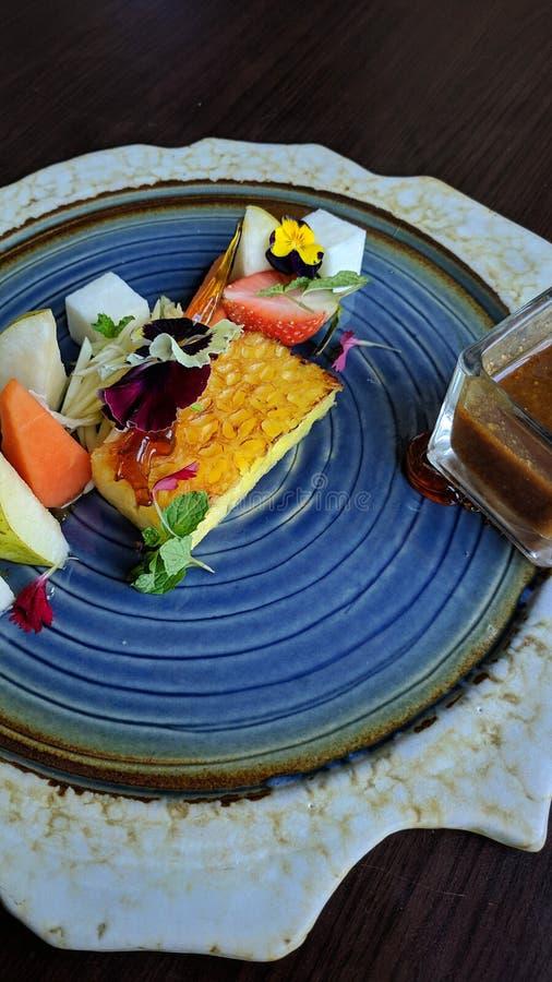 Rujak is Indonesisch tropisch voedsel, dat van verse, gesneden eerder grote vruchten wordt gemaakt, die met zoete Spaanse peper w royalty-vrije stock afbeelding
